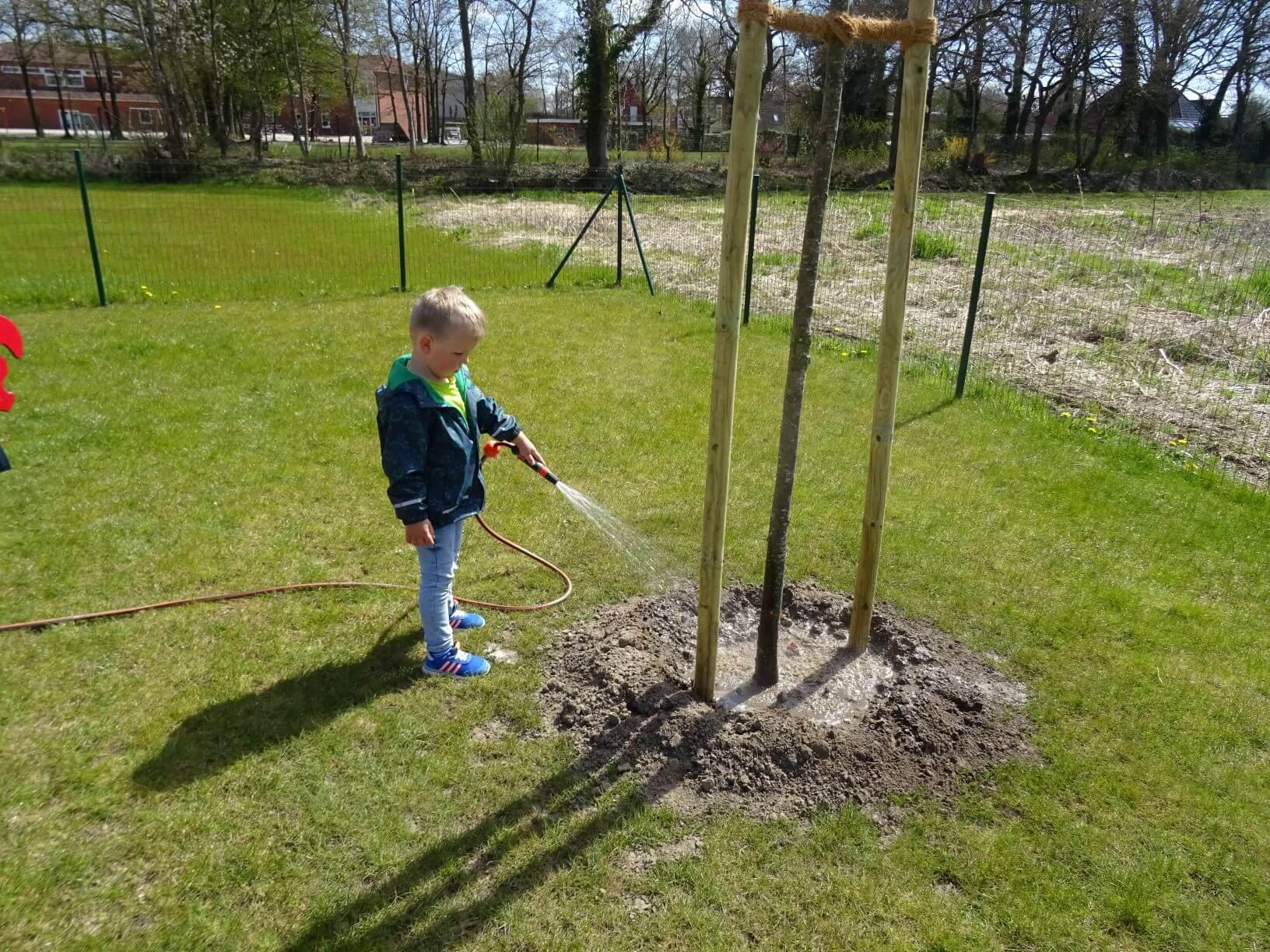 Vor ein paar Tagen haben wir Zuwachs im Zwergenland bekommen. Zwei neue Linden wurden auf unserem Außengelände gepflanzt. Die netten Kollegen vom Bauhof Hesel haben unter Aufsicht der Kinder die Bäume sehr gut eingepflanzt. Vielen Dank! Die Kinder achten nun täglich darauf die Bäume zu gießen. Die Linde ist nicht nur unser neuer Krippenbaum, sondern […]