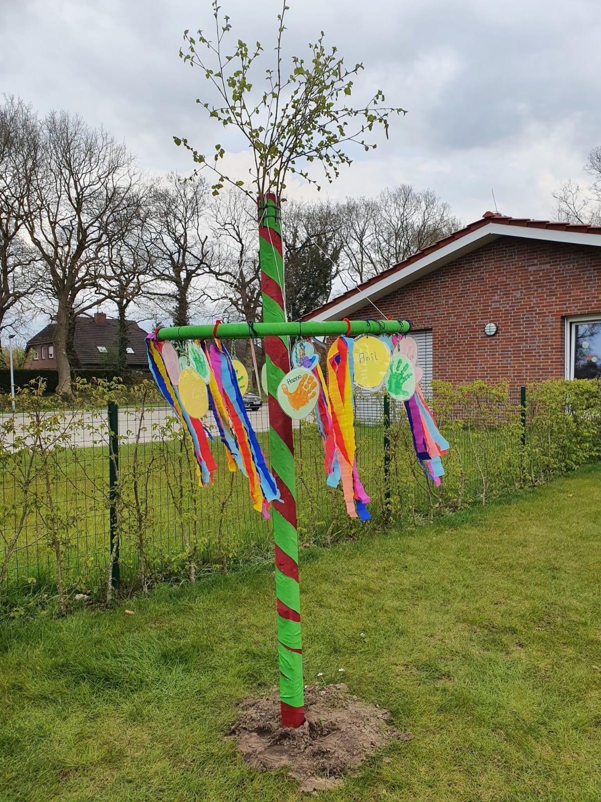 """Am 3. Mai wurde bei uns in der Kinderkrippe der 1. Maibaum aufgestellt. Die Kinder die derzeit nicht in der Notbetreuung sind, haben uns tolle selbstgemachte Maibäume vorbeigebracht. Unsere Kollegin Hannelore hat für unsere Maibaumfeier sogar gedichtet: """"Auf dem Krippengelände steht nun unser Baum, gemacht von Kinderhänden und so schön man glaubt es kaum."""""""