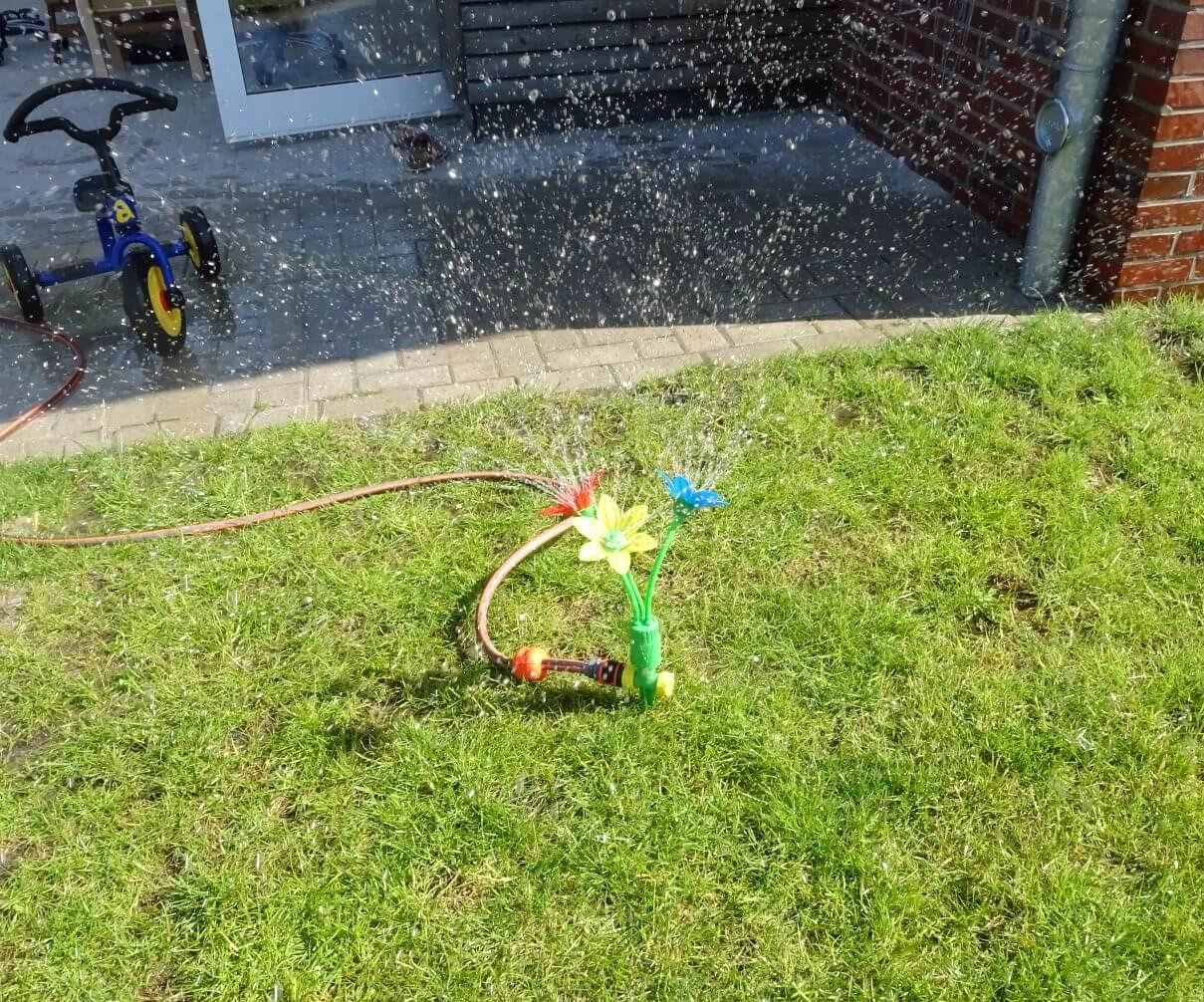 """Die sommerlichen Temperaturen haben wir genutzt, um den Kindern ein Wasserangebot auf dem Spielplatz zu bieten. Es gab verschiedene Stationen bei denen die Kinder sich voller Spaß und Freude erfrischen konnten. Auch das Experimentieren kam nicht zu kurz. Oder wie unsere Kinder sagten: """"Wir feiern eine Wasserparty""""."""